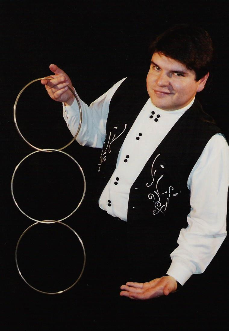 Magician Olivier OK MAGICS with linking rings