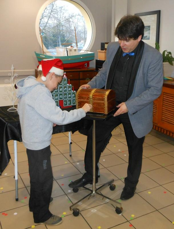 Magician Olivier OK MAGICS performing Christmas trick with child in France 2013